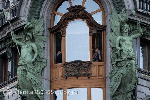 Павел Дуров развлекся, разбрасывая пятитысячные купюры из окна офиса «Вконтакте» на Невском